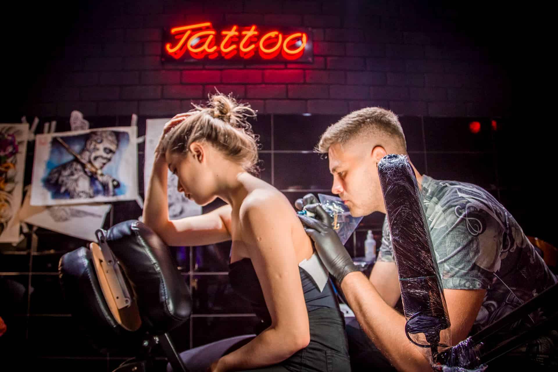 Нанесение татуировки в Oldboy Barbershop